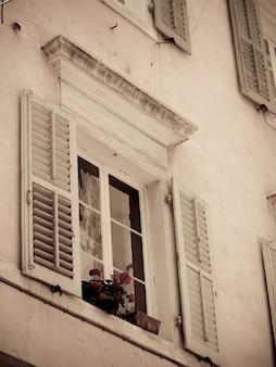Caixa de janela de flores em corfu