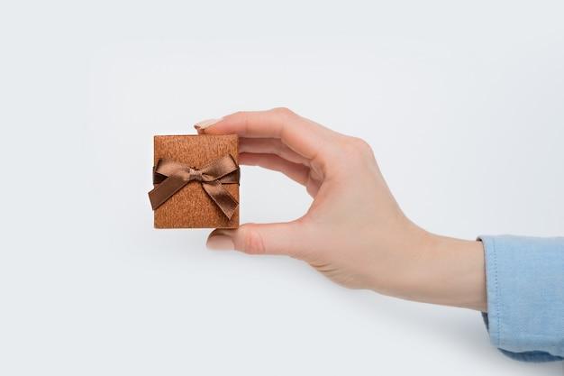 Caixa de jóias marrom na mão feminina.