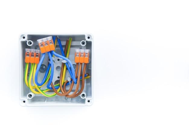 Caixa de junção da fiação elétrica com fios e terminais