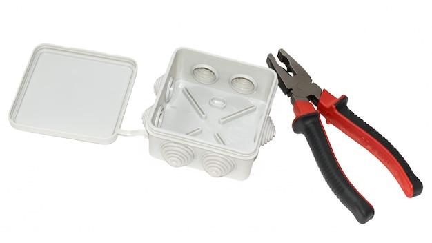 Caixa de junção e alicate isolado no branco