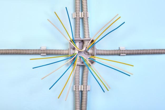 Caixa de junção para fios elétricos com quatro conduítes.