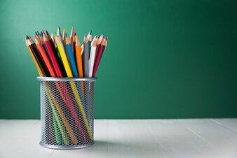 Caixa de lápis de cor na mesa de madeira