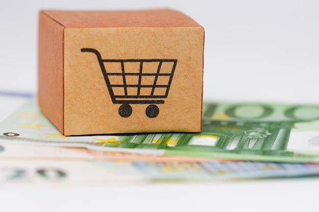 Caixa de logotipo de carrinho compras nas notas de euro.
