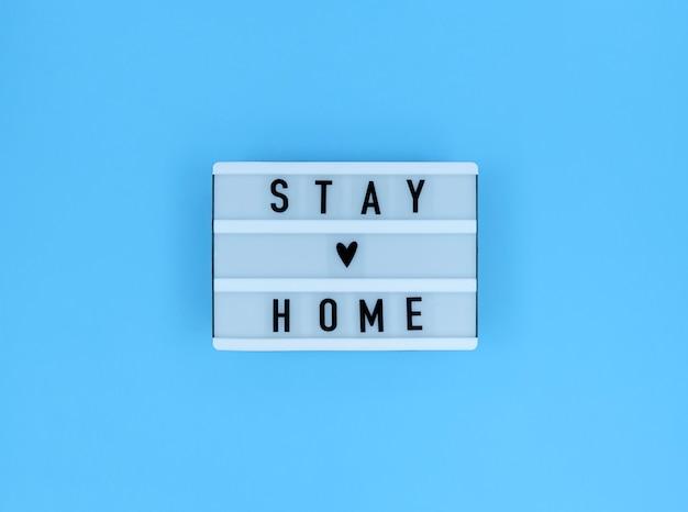 Caixa de luz com citação fique em casa.