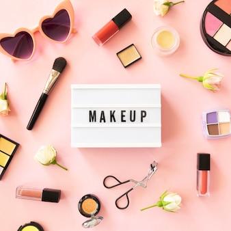 Caixa de luz com produtos de maquiagem