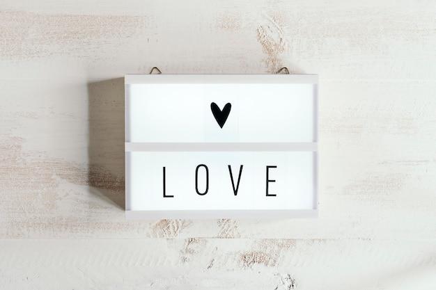 Caixa de luz com texto de amor