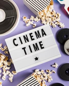 Caixa de luz com texto de horário do cinema
