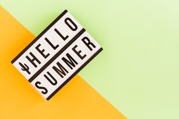 Caixa de luz com texto de verão em plano de fundo multicolorido