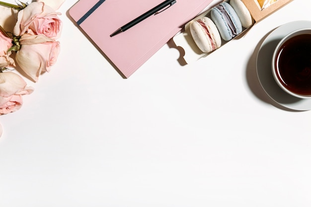 Caixa de macaroons com xícara de café