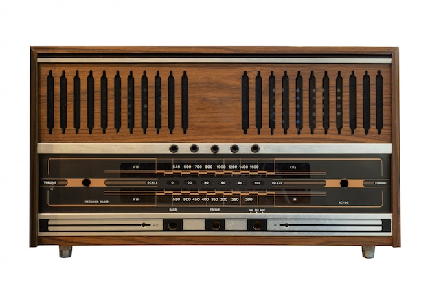 Caixa de madeira antiga rádio isolar em branco com traçado de recorte