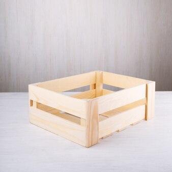 Caixa de madeira artesanal em fundo branco para frutas