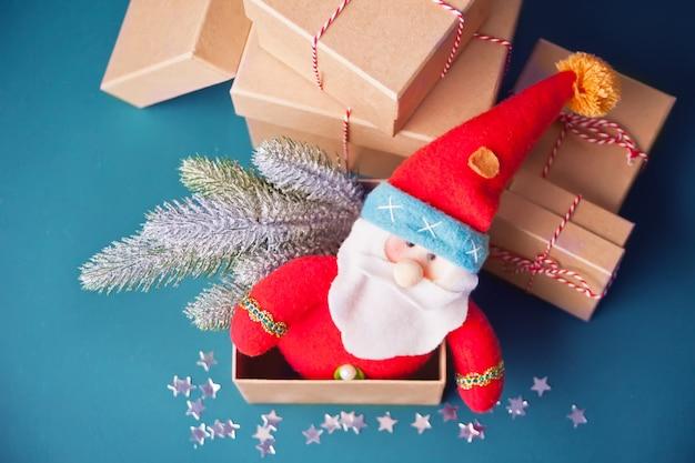 Caixa de madeira com brinquedos de natal