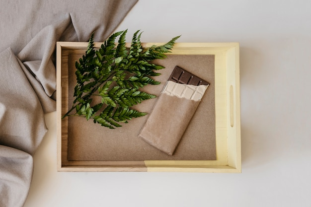 Caixa de madeira com chocolate e folha