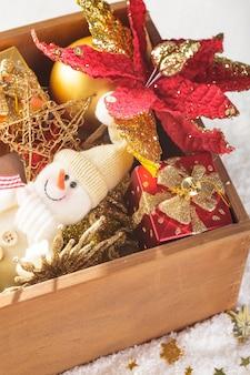 Caixa de madeira com decoração de natal, preparação para férias
