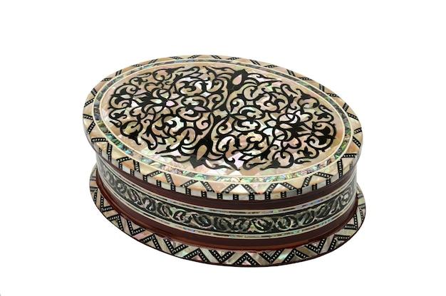 Caixa de madeira com enfeites para joias e bijuterias em um branco isolado