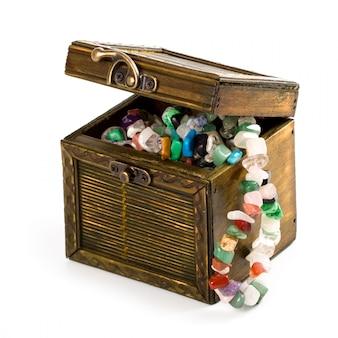 Caixa de madeira com grânulos de moda isolado no fundo branco