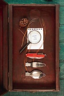 Caixa de madeira com kit de viagem