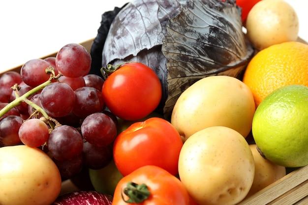 Caixa de madeira com legumes e frutas, close-up