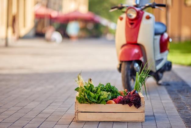 Caixa de madeira com mercearia verde fresca