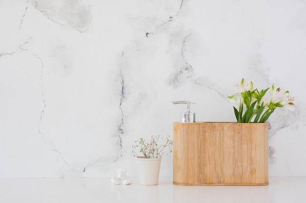 Caixa de madeira com produtos de banho e flores com espaço de cópia