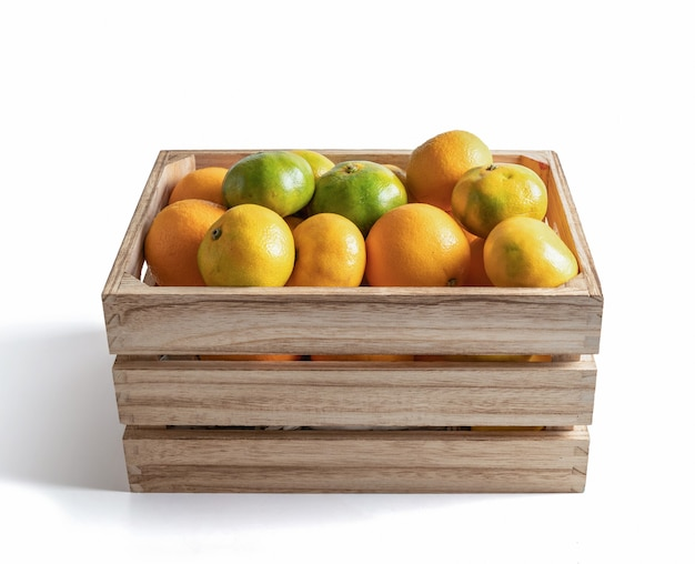 Caixa de madeira com tangerinas frescas da estação isoladas