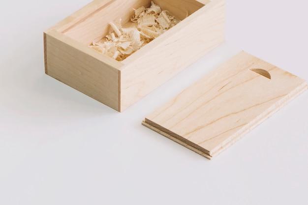 Caixa de madeira com trituração