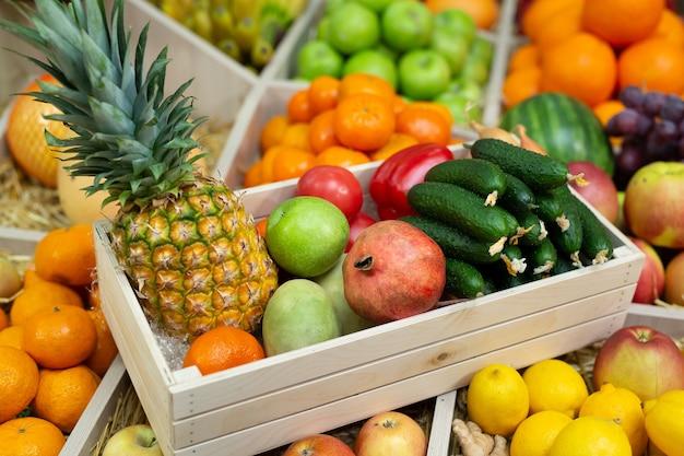 Caixa de madeira com verduras e frutas no balcão da loja