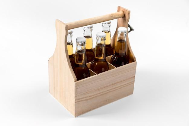 Caixa de madeira de ângulo alto com cervejas
