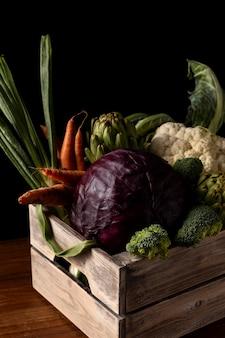 Caixa de madeira de ângulo alto com vegetais