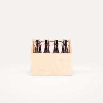 Caixa de madeira de cerveja isolada.