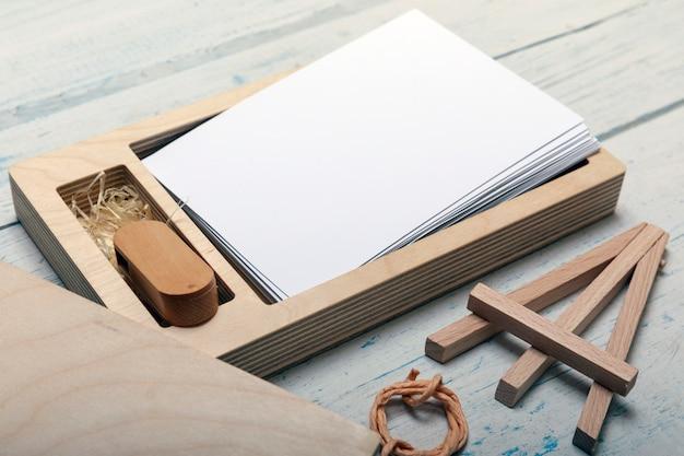 Caixa de madeira decorativa com cartão de memória