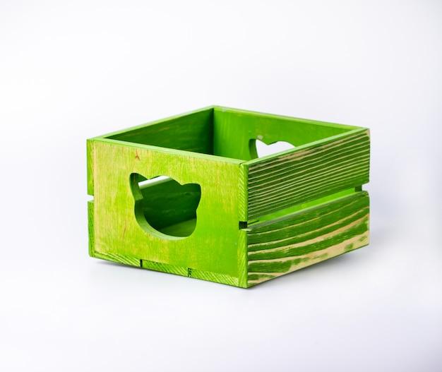Caixa de madeira decorativa de cor vazia isolada no branco