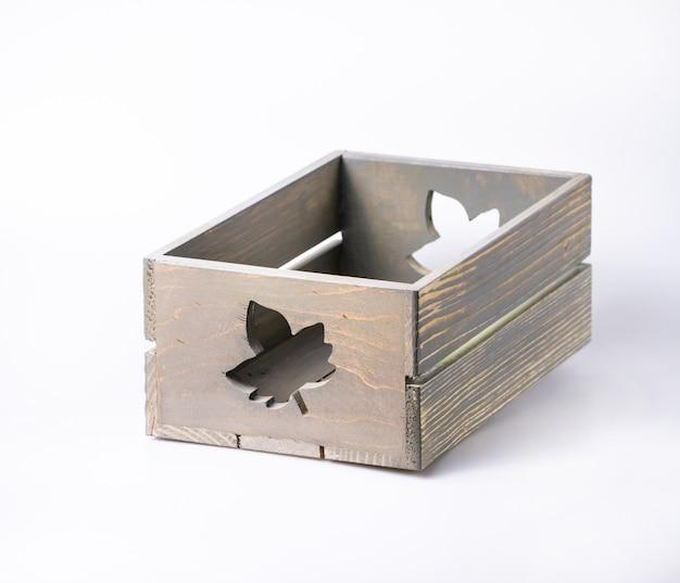 Caixa de madeira decorativa vazia isolada no branco
