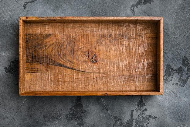 Caixa de madeira escura vazia com espaço de cópia para texto ou comida, vista de cima plana, no fundo da mesa de pedra cinza
