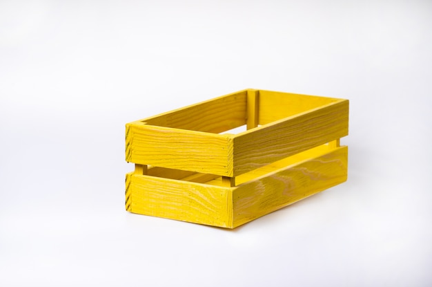 Caixa de madeira no fundo branco isolado