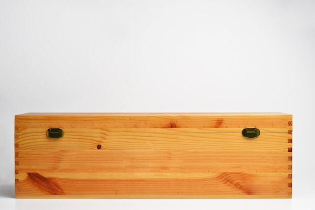 Caixa de madeira para presente e vinho isolada no fundo branco caixa de madeira para transportar uma garrafa de vinho