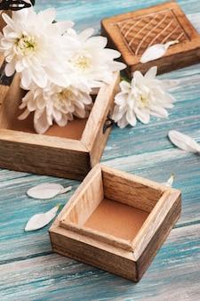 Caixa de madeira rústica e buquê de flores