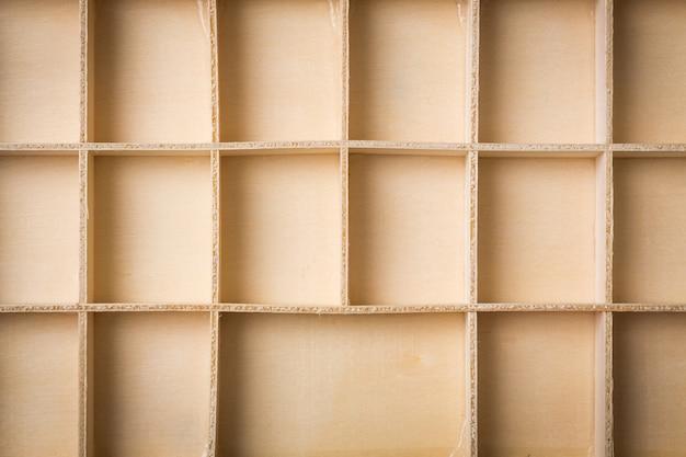 Caixa de madeira vazia com compartimentos