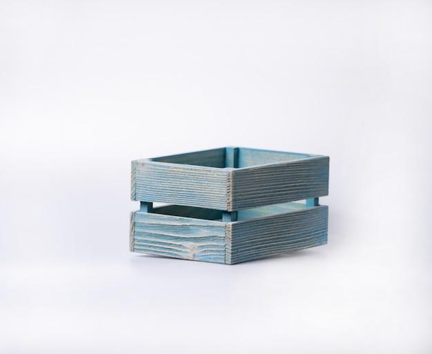 Caixa de madeira vazia, isolada no fundo branco