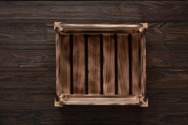 Caixa de madeira vazia na mesa de madeira, vista superior