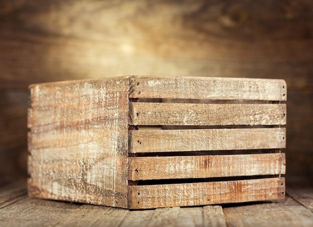 Caixa de madeira velha em uma madeira