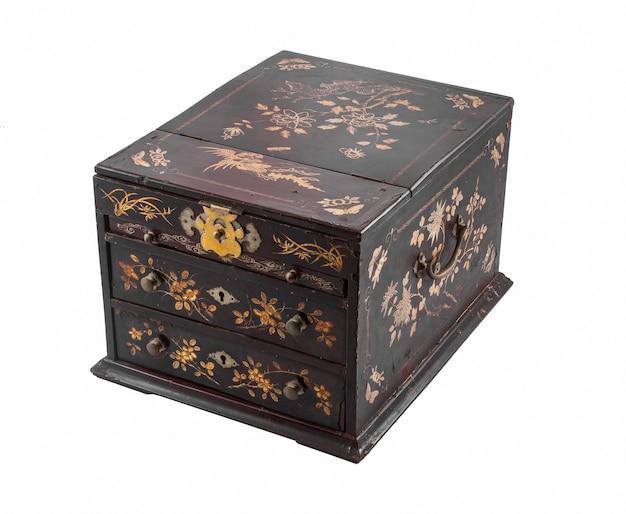 Caixa de madeira vintage isolada em uma superfície branca