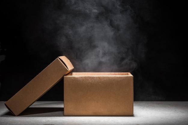 Caixa de mistério aberta com fumaça flutuar