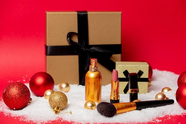 Caixa de natal com cosméticos e neve