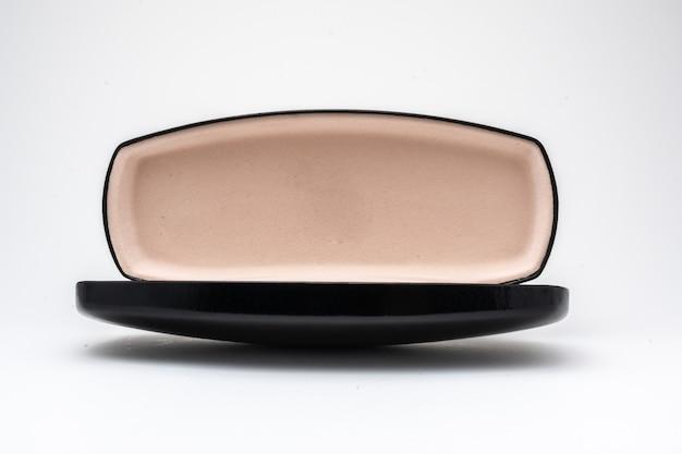 Caixa de óculos preta aberta em fundo branco