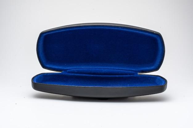Caixa de óculos preta e azul aberta em fundo branco