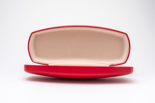 Caixa de óculos vermelha aberta em fundo branco