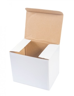 Caixa de papel aberta isolada no branco