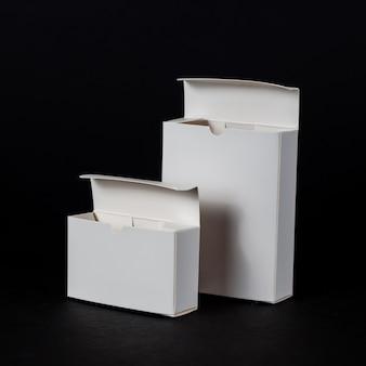 Caixa de papel branco em fundo preto