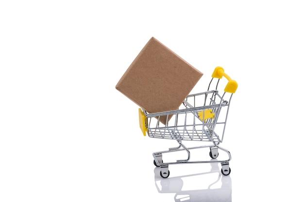Caixa de papel em um carrinho de compras